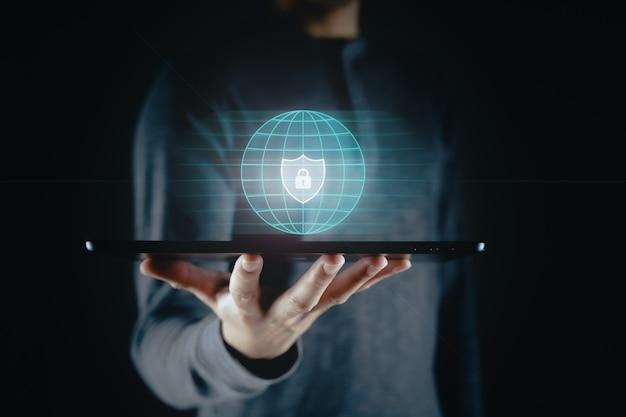 Toque da mão do homem na tela virtual ícone de cadeado proteção de dados privacidade de informações cibersegurança
