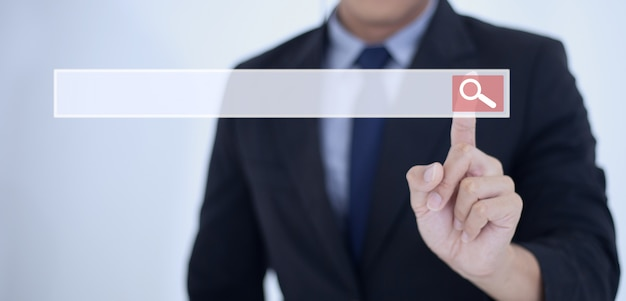 Toque de mão de homem de negócios no botão de pesquisa, pesquisando dados de informação no conceito de redes de internet