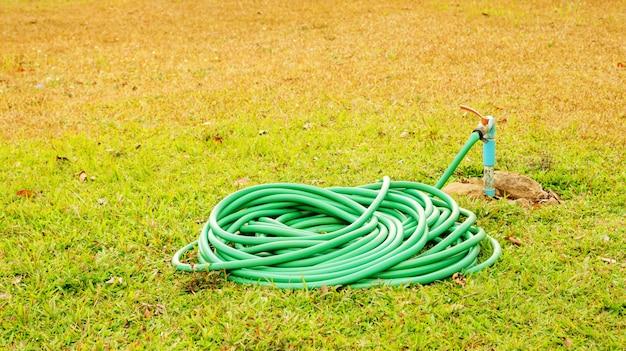 Toque e tubo de borracha em uma grama.