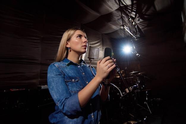 Toque no lindo artista vocal feminino bonito cantando