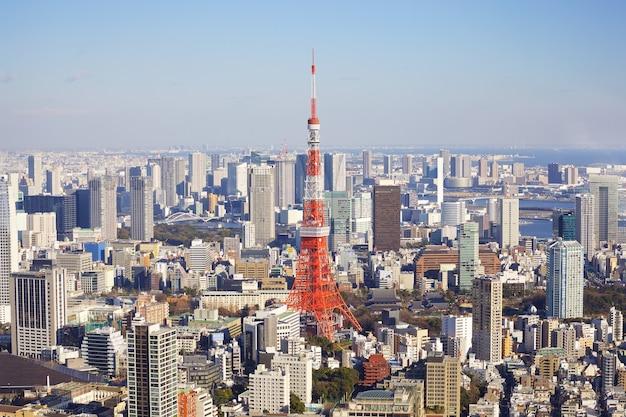 Tóquio, japão - 10 de fevereiro de 2016, paisagem urbana de tóquio com a torre de tóquio a segunda estrutura mais alta