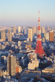 Tóquio, japão - 10 de fevereiro de 2016: vista da cidade de tóquio com a torre de tóquio a segunda estrutura mais alta do japão em 10 de fevereiro de 2016 em tóquio, japão. Foto Premium
