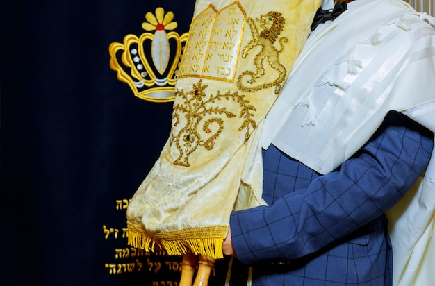 Torá judaica no bar mitzvah judeu vestida com roupas rituais