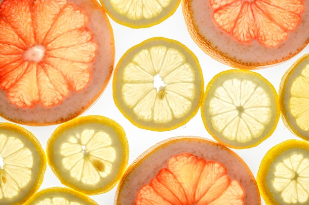 Toranja doce brilhante e rodelas de limão branco