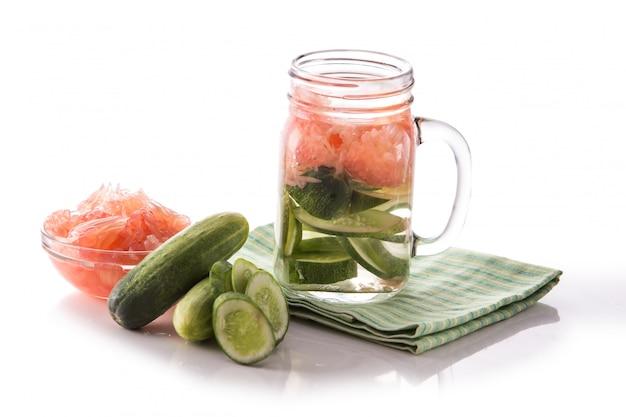 Toranja e pepino com água de infusão de frutas frescas. isolado sobre