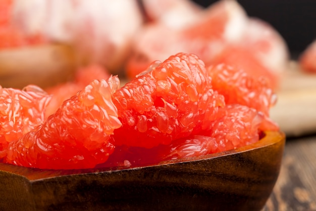 Toranja madura e suculenta fatiada, pronta para comer toranja cítrica rosa suculenta