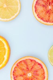Toranja orgânica de vista superior e limão em cima da mesa