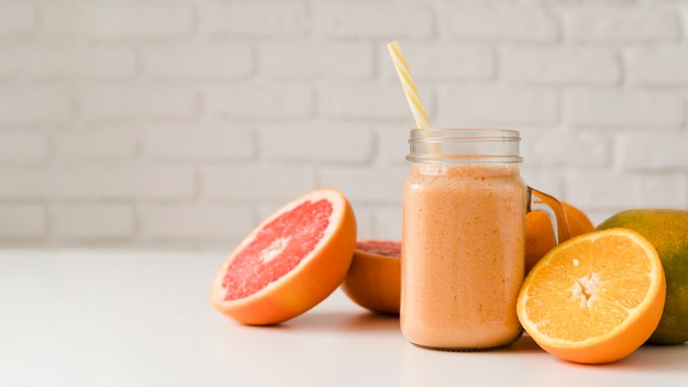 Toranja orgânica vista frontal e laranja em cima da mesa
