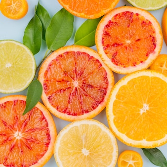 Toranja saborosa de close-up e fatias de laranja