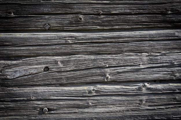 Toras de madeira de uma velha casa. fechar-se. textura de madeira cinza natural resistida. fundo. foto horizontal. foto de alta qualidade