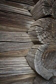 Toras de madeira de uma velha casa. fechar-se. textura de madeira cinza natural resistida. fundo. foto vertical horizontal. foto de alta qualidade