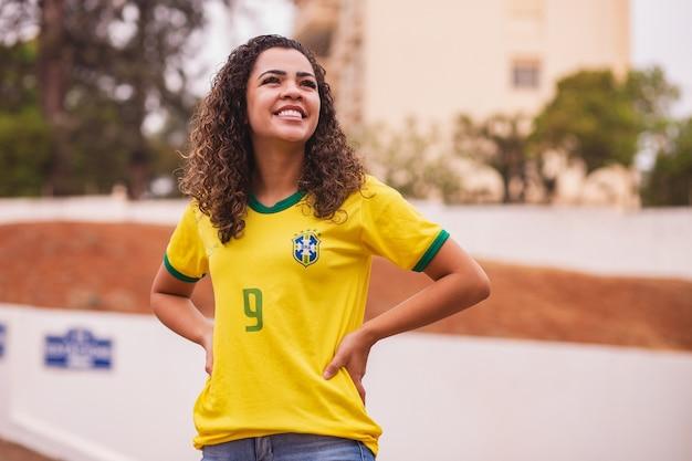 Torcedor brasileiro sorrindo para a câmera