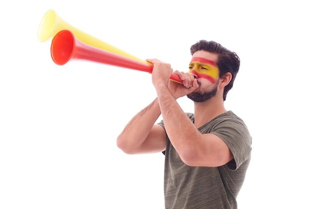 Torcedor de futebol espanhol soprando uma vuvuzela