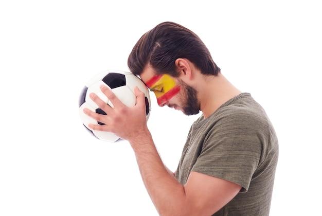 Torcedor de futebol rezando pela vitória