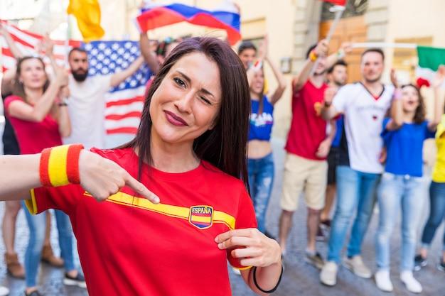 Torcedor de mulher espanhola, comemorando a vitória da equipe espanha