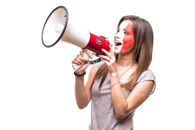 Torcedor mulher, fã leal da seleção mexicana pintada com a cara da bandeira, obter a vitória feliz gritando no megafone com a mão pontuda. emoções dos fãs.
