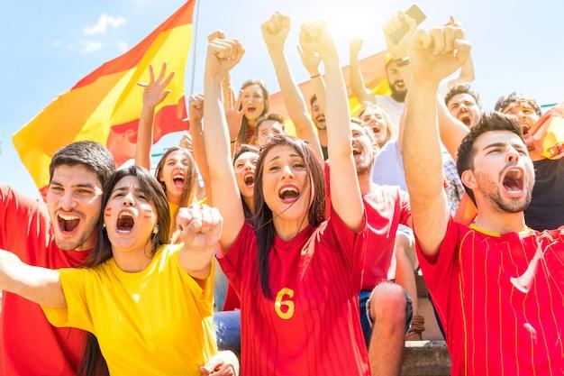 Torcedores espanhóis comemorando e torcendo no estádio