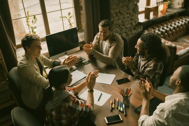 Torcendo da equipe de diversos freelancers na reunião