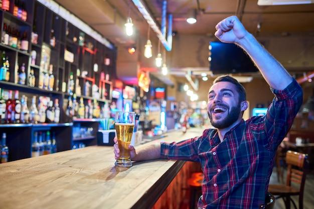 Torcendo fã de esportes em pub