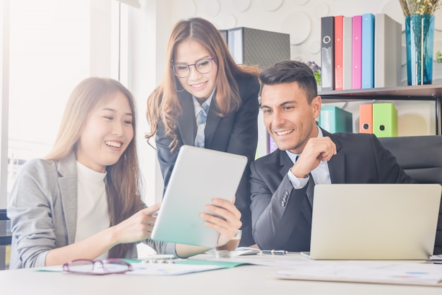 Torcendo os empresários feliz reunião sucesso, conceito de negócio