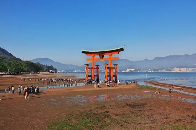 Torii, santuário de itsukushima, ilha de miyajima, japão