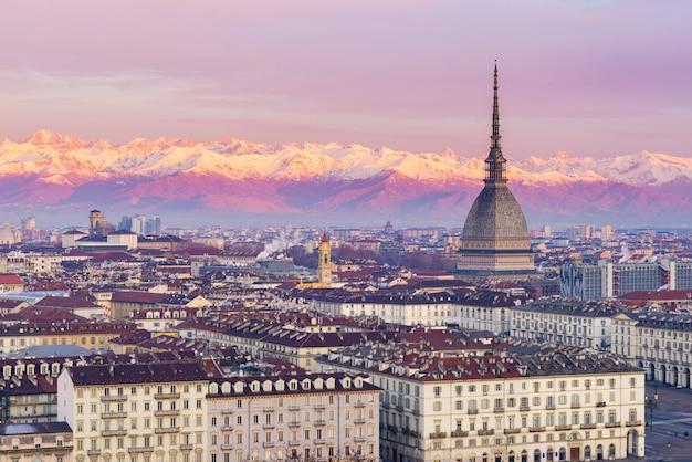 Torino (turim, itália): paisagem urbana ao nascer do sol com detalhes da mole antonelliana