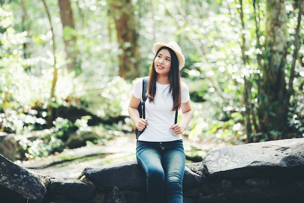 Torist feliz da mulher bonita do estilo de vida a viajar na viagem selvagem que caminha durante férias.