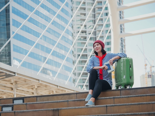 Torist jovem mulher viajando na cidade