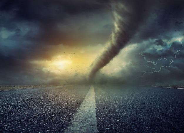 Tornado enorme poderoso que torce na estrada