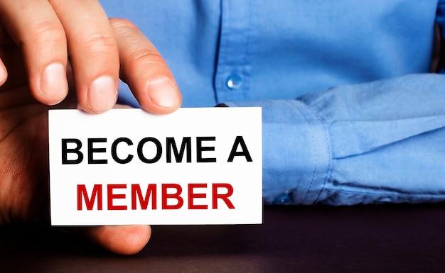 Torne-se membro está escrito em um cartão de visita branco na mão de um homem