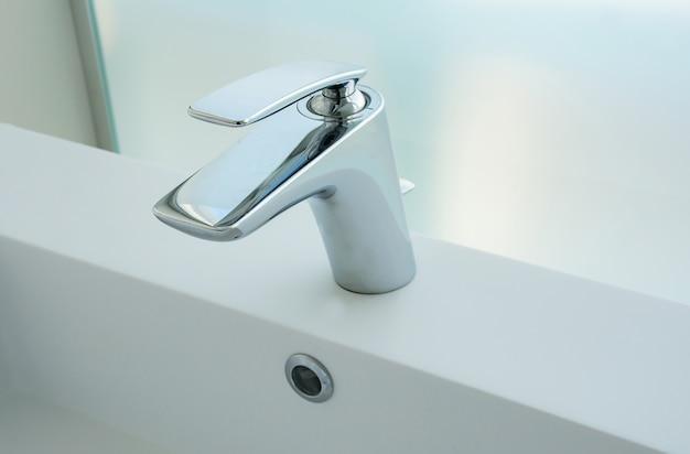 Torneira de aço inoxidável no banheiro de luxo