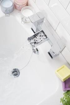 Torneira de aço moderna e nova com banheira de cerâmica no banheiro