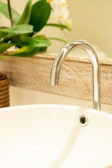 Torneira de água de close-up no banheiro
