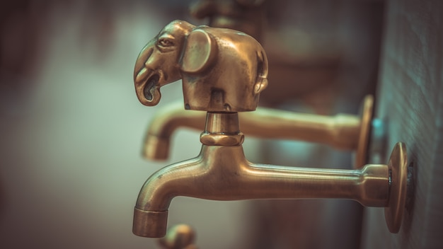 Torneira de água de elefante de bronze