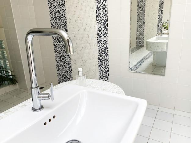 Torneira de água moderna em um banheiro