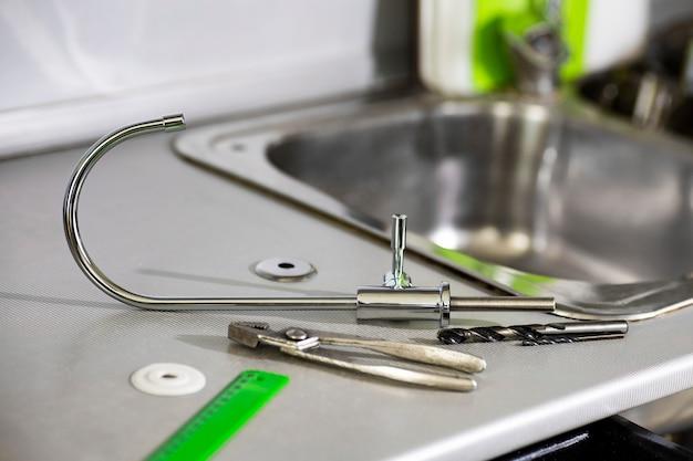 Torneira de água, régua, ferramentas para substituição e instalação