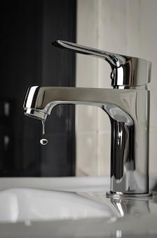 Torneira de água, torneira pingando no banheiro