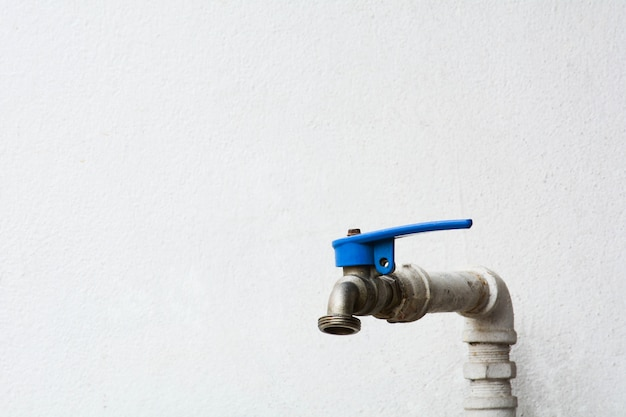 Torneira de água velha e suja