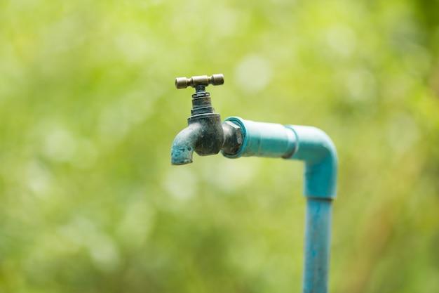 Torneira de água velha no jardim close-up