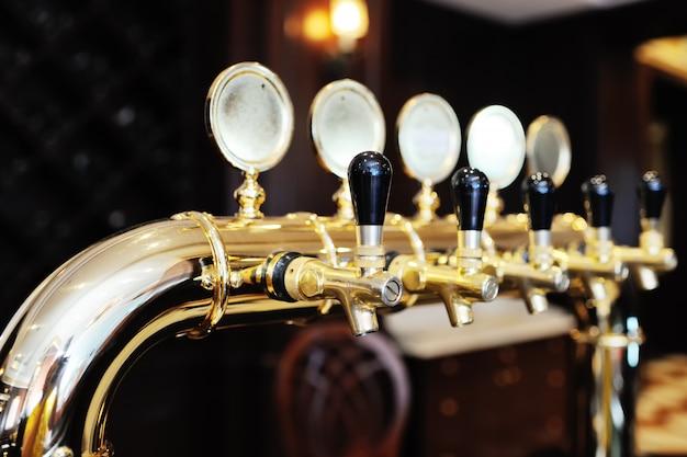 Torneira de cerveja banhada a ouro para dispensar cerveja closeup