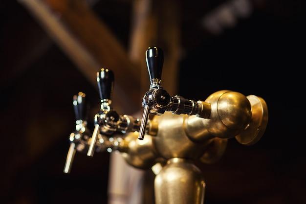 Torneira de cerveja no bar. um pub. bar. restaurante. clássico. noite. restaurante europeu. bar europeu. restaurante americano. restaurante americano.