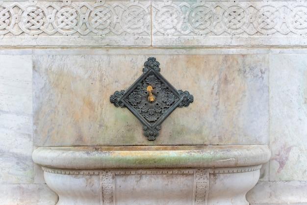 Torneira ou pia velha na mesquita para ablução antes de orar em istambul
