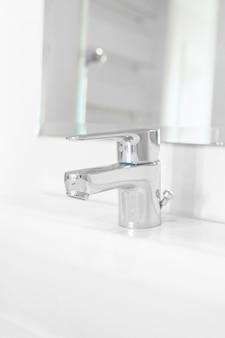 Torneira ou torneira no banheiro