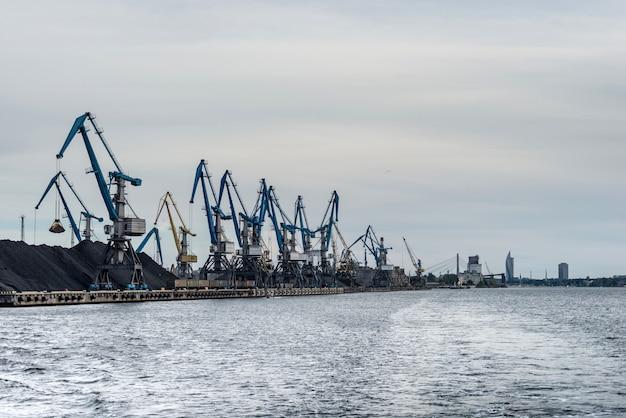 Torneiras remar ao longo da costa do porto