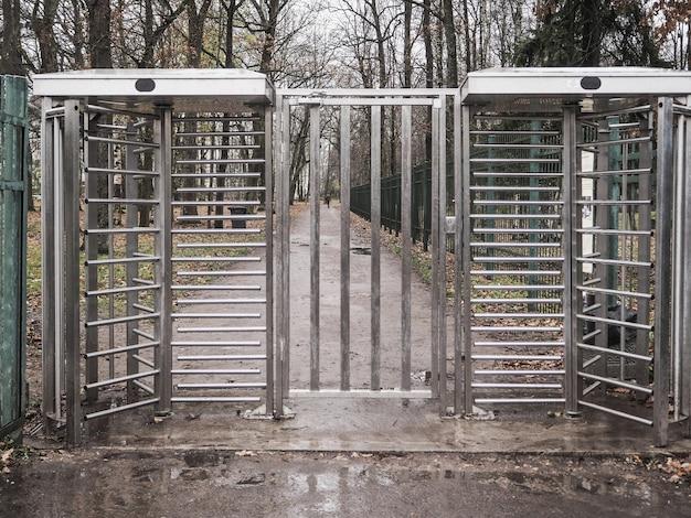 Torniquete, entrada restrita. portão fechado de saída para a rua