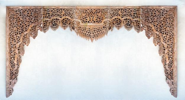 Torno e escultura em teca, arco sobre a porta