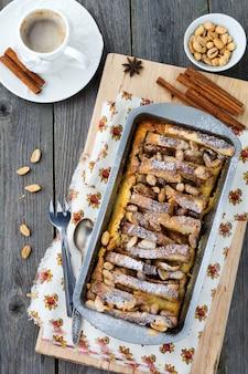 Torrada assada com banana e amendoim na velha de madeira.