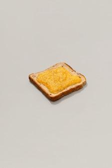 Torrada com geléia de limão na superfície cinza