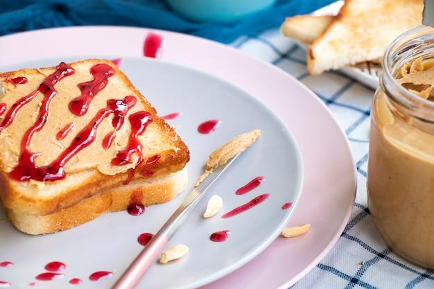 Torrada com manteiga de amendoim e geleia de frutas vermelhas, sanduíche de café da manhã clássico americano