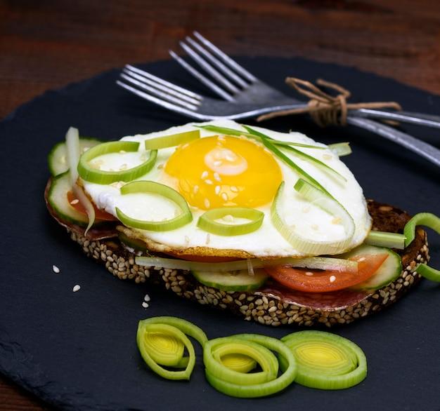 Torrada com ovo frito e legumes